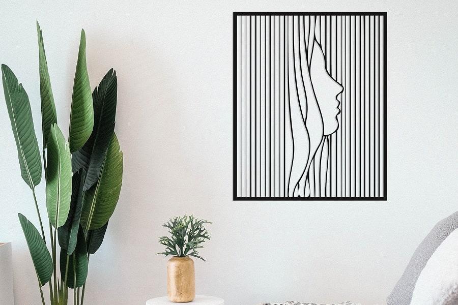 תמונת אישה בפסים דקיקים בחיתוך לייזר