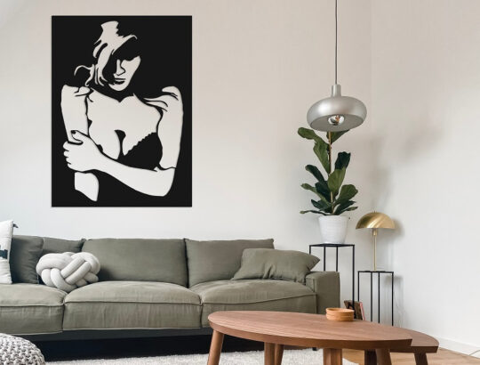 תמונת אישה עשויה ממתכת שחורה